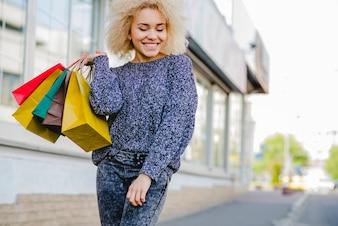 紙袋を持っている笑顔の女性