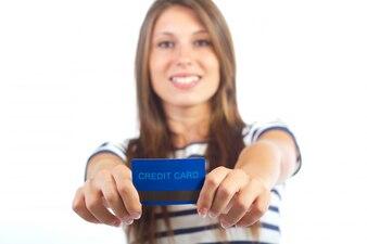 笑顔の女性がクレジットカードを表示