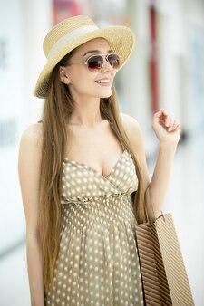 サングラスと笑顔若い女性