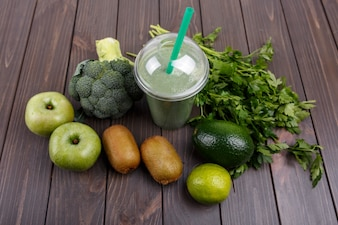 Smoothies with apples, kiwi, lime, broccoli, parsley and avocado