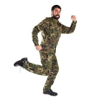 白い背景の上で速く走っている兵士