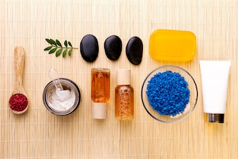 スパ美容ケアコンセプト。ケアのための美しい様々な製品スパセット。スパ製品は上から見る。