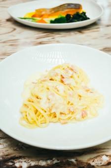スパゲティまたはパスタカーボナラ
