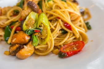 Spicy spaghetti with seafood .