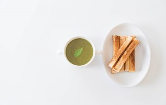 ホウレンソウの葉とパンのホウレンソウのスープ