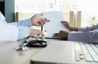 クリップボードと机の上の聴診器、医者は処方箋を書く病院で働く、ヘルスケアと医学のコンセプト、背景、ヴィンテージ色、選択焦点のテスト結果。