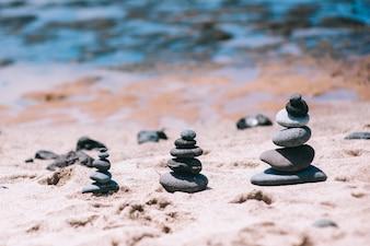 ヴィンテージ・ビーチでの石のバランス、インスピレーションを受けた夏の風景。スパやウェルビーイング、自由と安定性のコンセプト。