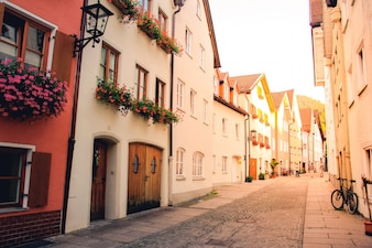 フュッセン、バイエルン、ドイツの古い建物の通り道