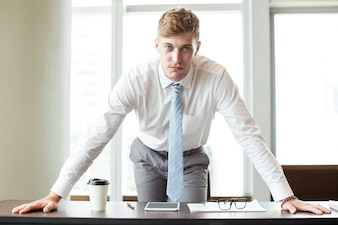 オフィスデスクで厳格な上司を立てる