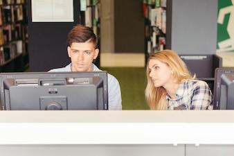 図書館のコンピュータの学生