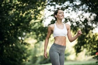 夏の朝の気分はジョギングする人々のスポーツウェア