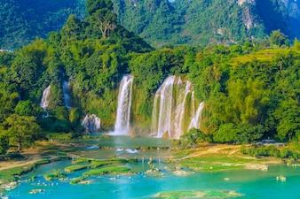夏の驚異の有名な自然農村