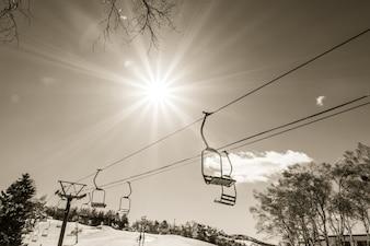 山の上に行く夕日とスキーリフト(フィルタリングされた画像PR