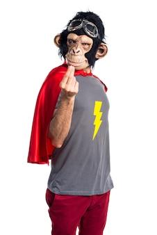 お金のジェスチャーをしているスーパーヒーローの猿の男