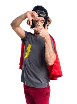 彼の指で集中するスーパーヒーローの猿の男
