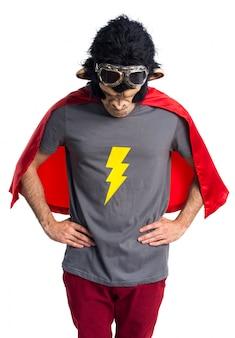 スーパーヒーローサルの男を見下ろす