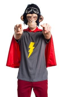 フロントを指しているスーパーヒーローサルの男