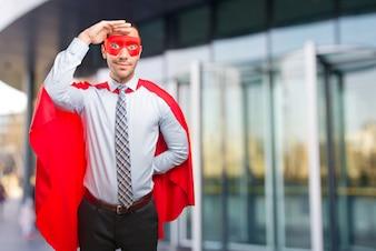 Удивленный бизнесмен ищет супер