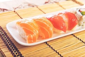 木製の背景上の寿司の食事