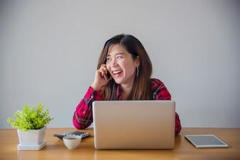 顧客との電話会話からメモを取る。