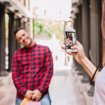 スマートフォンで男の写真を撮る