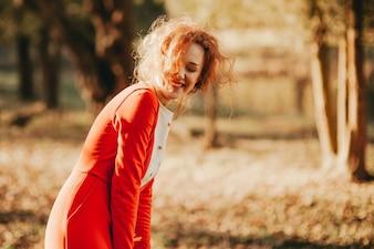物語。神秘的な森の中の素晴らしい赤毛の女の子