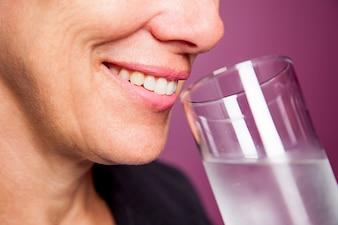 試飲リフレッシュ女性が新鮮な飲料