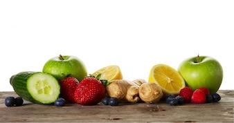 健康なデトックス飲料やスムージーを作るためのおいしい美しい成分のフルーツ。木製の素朴な背景。上面図。スペースをコピーします。