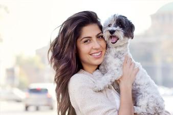 ティーン彼女の犬と一緒に一日過ごします