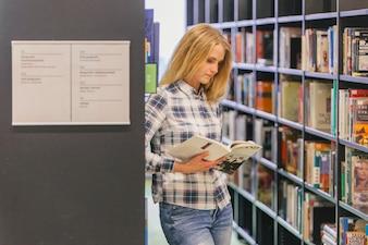 棚での本を読む十代の少女