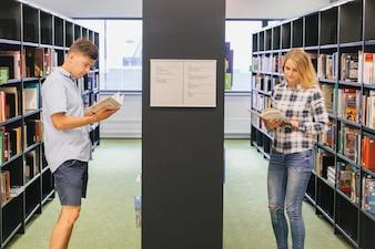 本棚での十代の学生