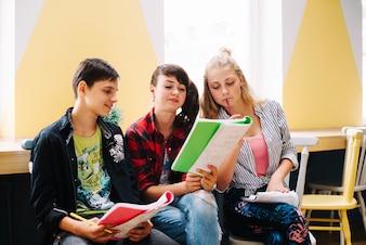 十代の座って読んでいる教科書