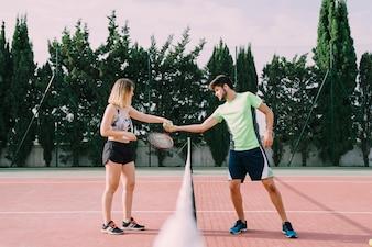 手を振るテニス選手