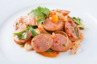 タイのフュージョン料理スパイシーソーセージポークサラダ。タイスタイル。
