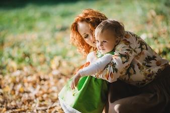 彼女の娘を抱く母親