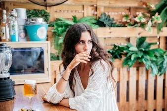 Задумчивая женщина с пивом