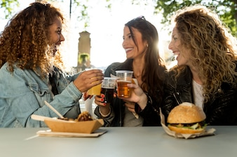 3人の美しい若い女性が街を食べる。