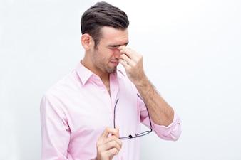 鼻の橋に触れる疲れたビジネスマン