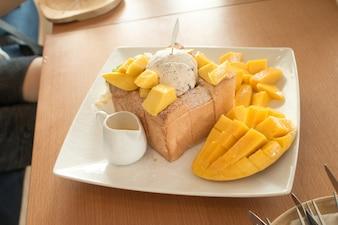 アイスクリームとマンゴーのトーストブレッドプディング。