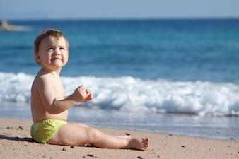 砂浜の幼児