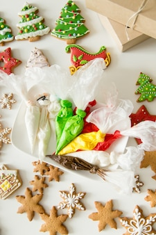 クリスマスジンジャーブレッドクッキーとペストリーバッグのトップビュー