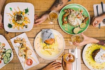 テーブル上の食べ物のトップビュー
