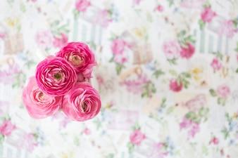 ぼやけた背景にピンクの花の上から見た図