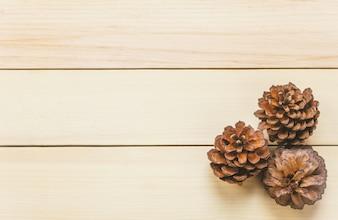 トップビュー松の木の背景にテーブル。