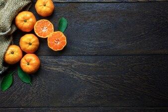 トップビュースライスオレンジ色の木製と袋のコピースペース。