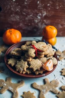 伝統的なクリスマスのクッキーとオレンジ
