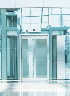 地下通路の透明エレベーター