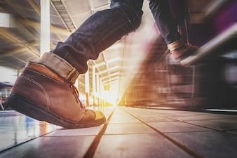 走っている人は走って急いで捕まえて列車に入る