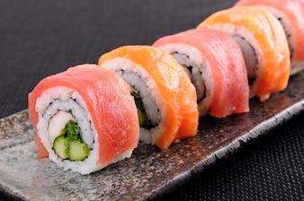 プレート上のサーモンマグロ寿司ロール