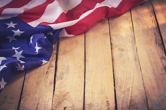 木製の壁の背景と空間とテクスチャでアメリカの旗